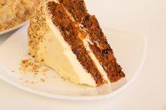 Не только, вкусный, не только легкий, не только полезный, но и очень простой морковный пирог. Украшаем наш простой морковный пирог - торт измельченными грецкими орехами.