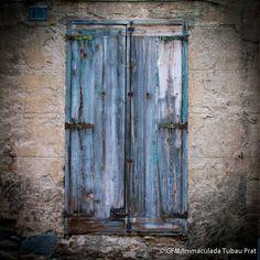 No és una porta, però l'Imma Tubau ha fet una gran foto d'una finestra.