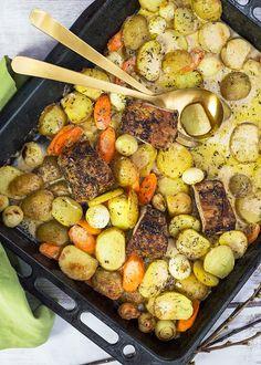 En lättlagad rätt där maten tillagas på en och samma plåt, vilket är smidigt och minskar disken i köket. #ugnsrätt #potatis #rotfrukter #fläskytterfilé #laktosfri #glutenfri #barnvänlig Menu, Cooking Recipes, Healthy Recipes, Pot Roast, Paella, Street Food, Great Recipes, Sausage, Recipies