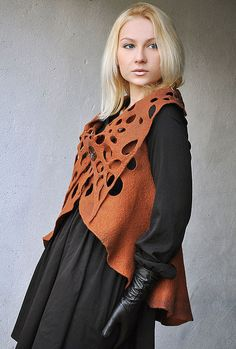 Купить или заказать Жилет-трансформер 'Корица' в интернет-магазине на Ярмарке Мастеров. Жилет-трансформер без швов. Выполнен в технике валяния шерсти. Покрашен вручную. Украшение на шею, вышитое бисером можно тоже приобрести: www.livemaster.ru/item/6334189-ukrasheniya-kole-kulon-etno __________________________________________ Цена жилета 95 евро. Пересылка бесплатно.