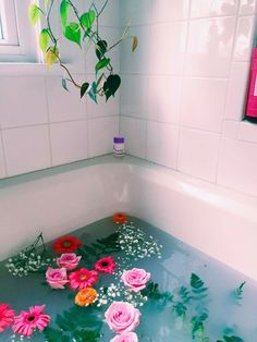 ellaireneee Flowers in bath tub Flower aesthetic Entspannendes Bad, Arte Floral, My New Room, No Time For Me, Me Time, Bunt, Decoration, Just In Case, Artsy