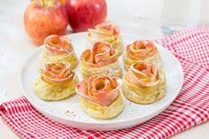 Met Bladerdeeg Roomboter kun je wel hele bijzondere appelbollen maken. Van een mooie rode appel en de plakjes bladerdeeg maak je deze appelbollen roosjes.
