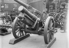 IMPERIAL WAR MUSEUM GALLERIES CRYSTAL PALACE 1920 - 1924 (Q 17276)   Imperial War Museum exhibit: German 1902 pattern 150 mm heavy field howitzer (broadside).