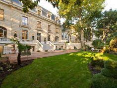 Sur la rive gauche, cet hôtel particulier du 07ème arrondissement ancre ses visiteurs dans une ambiance paisible et chic.