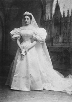 Um vestido de noiva com mais de cem anos e onze noivas da mesma família