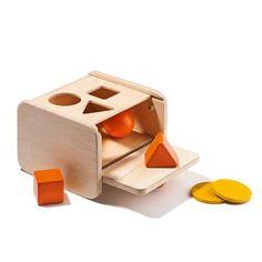 Boîte de notion de permanence de l'objet Tout au long de son utilisation, cette boîte accompagne l'enfant dans sa découverte de la permanence de l'objet, dans sa dextérité ainsi que dans sa capacité à dissocier les formes.  Contient : 1 boîte avec trappe, 5 couvercles perforés, 1 boule, 1 cube, 1 tétraèdre, 1 balle en tissu rembourrée, 3 disques et 1 notice.