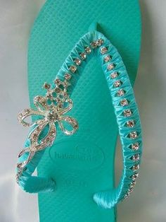 (1) Katrina - Arte em Chinelos Flip Flops Diy, Crochet Flip Flops, Wedding Flip Flops, Decorating Flip Flops, Shoe Crafts, Beaded Sandals, Shoe Pattern, Bare Foot Sandals, Diy Clothes