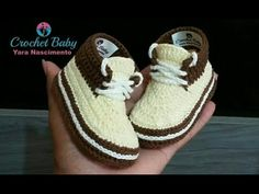 vans tipo cholita a crochet -3 a 6 meses - YouTube Crochet Baby Shoes, Crochet Slippers, Crochet Crowd, Knit Crochet, Baby Comforter, Baby Sneakers, Knitted Flowers, Crochet Patterns For Beginners, Baby Boots