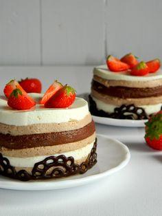 Elegancki Deser z Truskawkami. Wreszcie idealny przepis na święta. Puszyste lekkie ciasto po ciężkim posiłku. Chociaż skąd skąd ja wezmę truskawki:-)