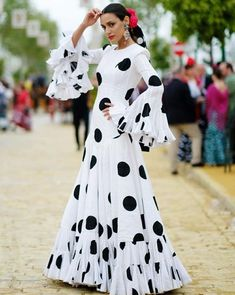 Spanish style – Mediterranean Home Decor Flamenco Costume, Flamenco Skirt, Stylish Dress Designs, Stylish Dresses, Frock Fashion, Fashion Dresses, Spanish Dress, Dress Indian Style, Floral Print Skirt