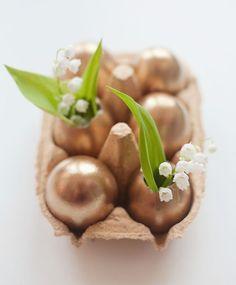 Stojánek na 6 ks vajíček z tvrdého kartonu bude nejen praktickým doplňkem na jídelním stole, ale lze jej využít i na velikonoční či jarní dekorace. Z ozdobené vaječné skořápky vyrobíte třeba maličkou vázičku. Cena je 29 Kč; Nordic day