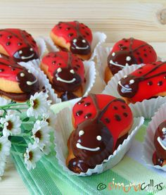 Ladybug Mini Cakes These sandwich cakes made from pan di spagna shells, filled with chocolate ganache and covered with red fondant. Romanian Food, Romanian Recipes, Sandwich Cake, Chocolate Ganache, Mini Cakes, How To Make Cake, Ladybug, Fondant, Cupcakes