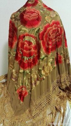 Antigüedades: Manton de Manila espectacular, grandes rosetones 13 rosas bordadas en seda natural color ocre. - Foto 9 - 69929765