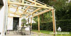 Een terrasoverkapping met veel licht? Met dit frame van eikenhout en een glazen dak geniet u van de prachtige omgeving!  * * *  #overkapping #tuinhuis #eiken #eikenhout #houtenoverkapping #overkappingen #tuin #tuininspiratie #glas #glazenoverkapping Pergola, Outdoor Structures, Outdoor Pergola