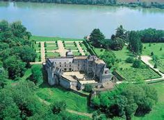 Château de Vayres.  In 1499 it was given by marriage to Cesar Borgia, whose daughter then restored it to the Henri d'Albret. the king of Navarre and the grandfather of the future King of France, Henry IV, in 1535.