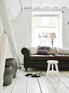Nice idea with the pillows in the Chesterfield. And the big pots. Have to make some big pots☆