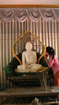 Cắm hoa chùa Festival Decorations, Flower Decorations, Wedding Decorations, Buddha Flower, Family Crafts, Buddhist Art, Ikebana, Amazing Flowers, Flower Art