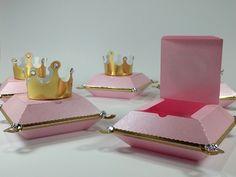 Linda caixinha com decoração de coroa para festinha no tema Realeza. É uma ótima opção para lembrancinha de festa Princesa ou festa Príncipe. Festa Realeza - Festa Coroa.