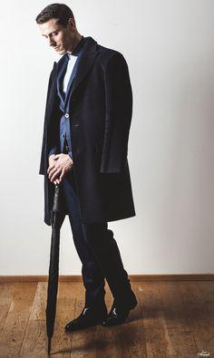 Suit : ZARA Coat : Yves St-Laurent Belt : Hérmes Shoes : LOUIS VUITTON Umbrella: Pierre Cardin