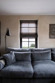 Semi-transparante JASNO folds - vouwgordijnen gemaakt van geweven papier en houten latten. Foto: Magazine Home Sweet Home