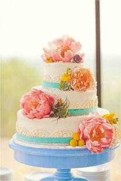 Weddbook ♥ Chic Wedding Cakes mit essbaren bunten Blumen. Kreative Hochzeitstorte Idee. Land Hochzeitstorte Idee