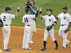 パイレーツに勝利し、チームメートと喜ぶヤンキースのイチロー(右から2人目)=17日、ニューヨーク ▼18May2014時事通信|イチロー「前に進んだ」=米大リーグ・ヤンキース http://www.jiji.com/jc/zc?k=201405/2014051800039 #Ichiro_Suzuki #New_York_Yankees