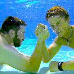 underwater arm wrestling: Casey vs Logan....who's gonna win?