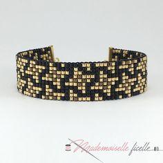 Nouveau motif géométrique sur 10 lignes ! Couleurs : noir, doré et bronze ! Chic et élégant pour habiller votre poignet en soirée #madewithlove #diy #fashionjewelry #bracelet #gold #doré #bijouxfemme #miyukibeads #miyukiaddict #jenfiledesperlesetjaimeca #jenfiledesperlesetjassume