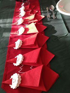 tovaglioli rossi e cartoncino sagomato per tanti piccoli babbo natale a tavola