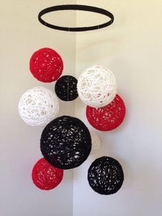 White yarn Black - Mobile with black, white & cherry red yarn balls. Diy Crafts Hacks, Diy Home Crafts, Baby Crafts, Crafts For Kids, Arts And Crafts, Paper Crafts, Yarn Ball, Felt Ball, Diy Room Decor