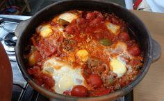 Shakshuka: receita do 'Tempero de Família'  Prato israelense feito na panela de barro leva carne moída, pimentões e ovos
