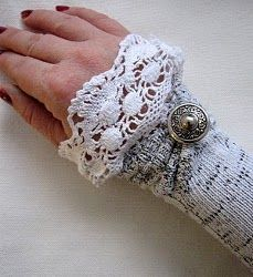Love this idea of upcycling socks to make wrist warmers that look vintage. Plaid Au Crochet, Knit Or Crochet, Wrist Warmers, Hand Warmers, Fabric Crafts, Sewing Crafts, Diy Accessoires, Do It Yourself Fashion, Look Vintage