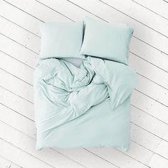 Geef je slaapkamer een frisse, nieuwe look met de Aqua Daisy cocosheets. Het gecertificeerde, satijn geweven Egyptische katoen voelt heerlijk zacht op de huid en laat jou 's nachts de mooiste dromen beleven. De subtiele glans zorgt voor een chique uitstraling en de licht pastel turquoise kleur geeft jouw slaapkamer rust.