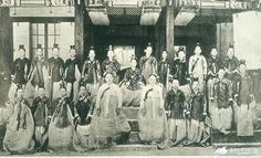 윤비와 나인들 Korean Traditional, Traditional Outfits, Korean Photo, Seoul Korea, Historical Photos, Aliens, Politics, Culture, History