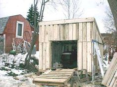 Building a shed from recycled wooden pallets, Building with pallets