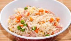 Así de fácil y delicioso, el arroz tres delicias tiene un inigualable sabor asiático que enamorará a tu paladar. Solo necesitarás jamón cocido picadito, huevos fritos estilo tortilla, y cubos de zanahoria. Los guisantes que se ven en la foto son enteramente opcionales. Los pasos están aquí. Rice Salad, Potato Salad, Wok, Plant Based Recipes, Rice Recipes, Paella, Fried Rice, Good Food, Food And Drink