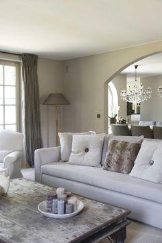 Huis in pastoriestijl nabij Sint-Niklaas - Wonen Landelijke Stijl Style Oriental, Interior And Exterior, Interior Design, Double Vitrage, Sofa, Couch, Beautiful Interiors, Future House, Love Seat