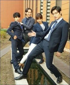 Characters Of 'Misaeng', Parody Of 'Fashion King' In Funny Poses? http://www.kpopstarz.com/articles/148077/20141208/characters-of-misaeng-parody-of-fashion-king-in-funny-poses.htm