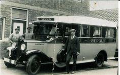 Deze foto is omstreeks 1938 gemaakt bij wagemakerij Ewoldt in Sloten. Achter de bus rechts staat Wagenmaker Pieter Ewoldt met naast hem zoon Lolke en voor de bus staat zoon Johannes. Het is aannemelijk dat wagenmaker Ewoldt de opbouw heeft gemaakt voor de fa. Feenstra in Bergum.