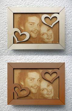 Foto lasergraviert auf Holz. Rahmen lasergeschnitten mit Ornamenten. Rahmen naturbelassen oder mit Holzlasur.