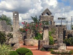 Coral Castle in Flordia by Ed Leedskalnin. He supposedly figured out how the ancients moved megalithic structures and employed the technique to make this mysterious monument. Coral Castle Florida, Great Places, Places To See, Key Biscayne Florida, Miami Attractions, Adventure Bucket List, Mystery Of History, Ancient Mysteries, Ancient Aliens