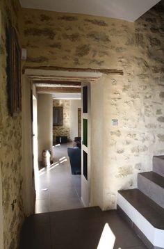 Le mur en pierres apparentes confère à la maison un caractère plus noble