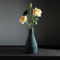 Vase Korinthos dark green en céramique au design vintage par Pavao Studio Vases, Vase Design, Vintage Design, Decoration, Glass Vase, Studio, Green, Home Decor, Ceramic Vase