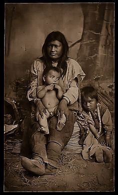 Mescalero Woman Ih Tedda - Geronimo's Wife with two Children Native American Images, Native American Beauty, Native American Tribes, American Indian Art, Native American History, American Indians, American Symbols, Indiana, Indian Pictures