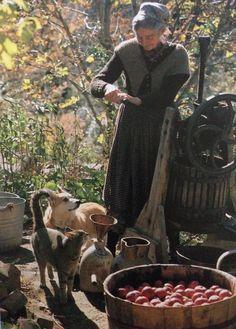 Rickinmar — Tasha Tudor making cider at her Vermont farm. Die Tudors, Fee Du Logis, Vie Simple, Tudor House, Country Life, Country Living, Farm Life, Life Is Beautiful, Vermont