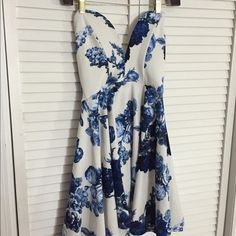 SALE!! Lulus Sweetheart Blue Floral Dress - S Size Small - gorgeous Blue Floral Lulus Dress. wearing no bra in this pic super comfy☺️ NEVER WORN Lulu's Dresses Strapless