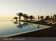 La tenera alba che si riflette nella nostra #infinity #pool. I servizi della #piscina sono disponibili dalle 9:00 alle 19:30 www.lavilladelre.com