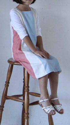スクエアネックのワンピースはきれいな3色の生地を組み合わせ、おしゃれなお出かけ服に。/初夏のお出かけおしゃれ服&小物(「はんど&はあと」2012年5月号)