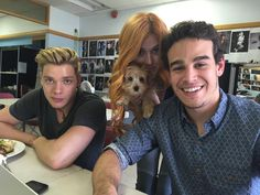 Jace Clary and Simon with Kat's dog! Clary And Simon, Clary E Jace, Shadowhunters Tv Series, Shadowhunters The Mortal Instruments, Cassandra Clare, Constantin Film, Alberto Rosende, Simon Lewis, Cassie Clare