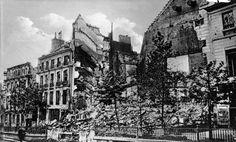 Immeubles partiellement détruits place de la Bastille pendant les combats de la Semaine sanglante du 22 au 28 mai 1871